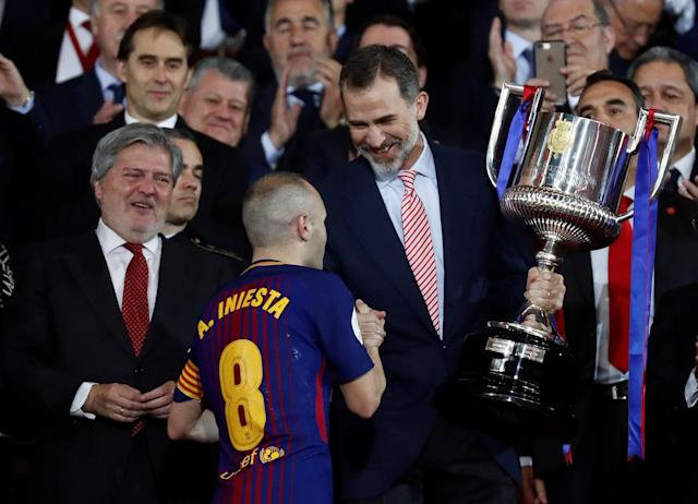 Soccer Football - Spanish King's Cup Final - FC Barcelona v Sevilla - Wanda Metropolitano, Madrid, Spain - April 21, 2018 Barcelona's Andres Iniesta shakes hands with the King of Spain Felipe VI before being handed the trophy REUTERS/Juan Medina