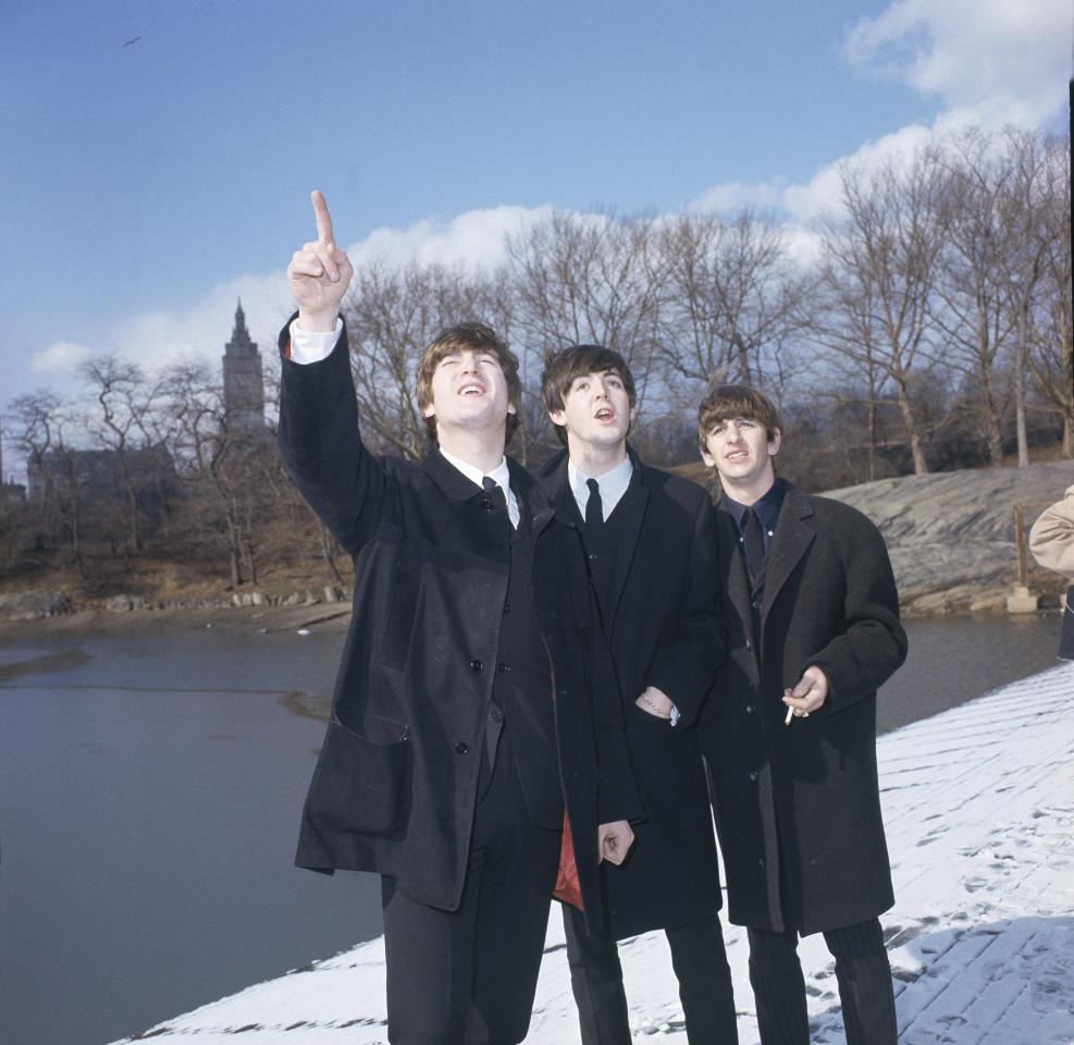 I Beatles in Central Park, New York, 8 febbraio 1964. Da sinistra: John Lennon, Paul McCartney e Ringo Starr. (AP Photo/Dan Grossi)