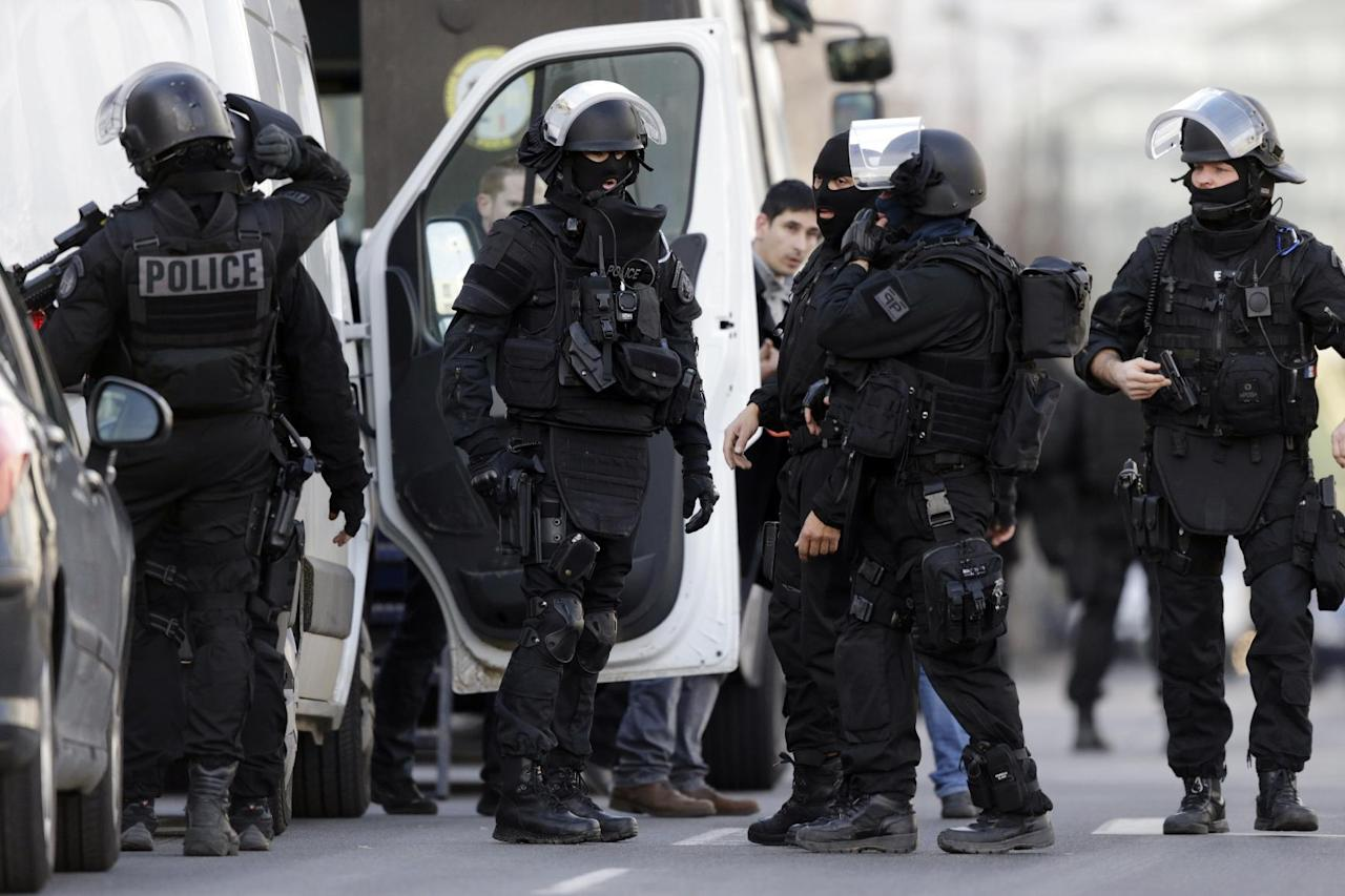 French armed police arrive at the post office where an armed man is holed up with two hostages, on January 16, 2015 in Colombes, outside Paris (AFP Photo/Kenzo Tribouillard )