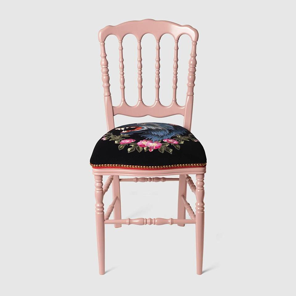 """<p> Gucci, 2250€<br> <br> </p><br><a href=""""https://www.gucci.com/fr/fr/pr/decor/chairs-armchairs/wood-chair-with-wolf-p-482812ZAW355675"""" rel=""""nofollow noopener"""" target=""""_blank"""" data-ylk=""""slk:Acheter"""" class=""""link rapid-noclick-resp"""">Acheter</a>"""