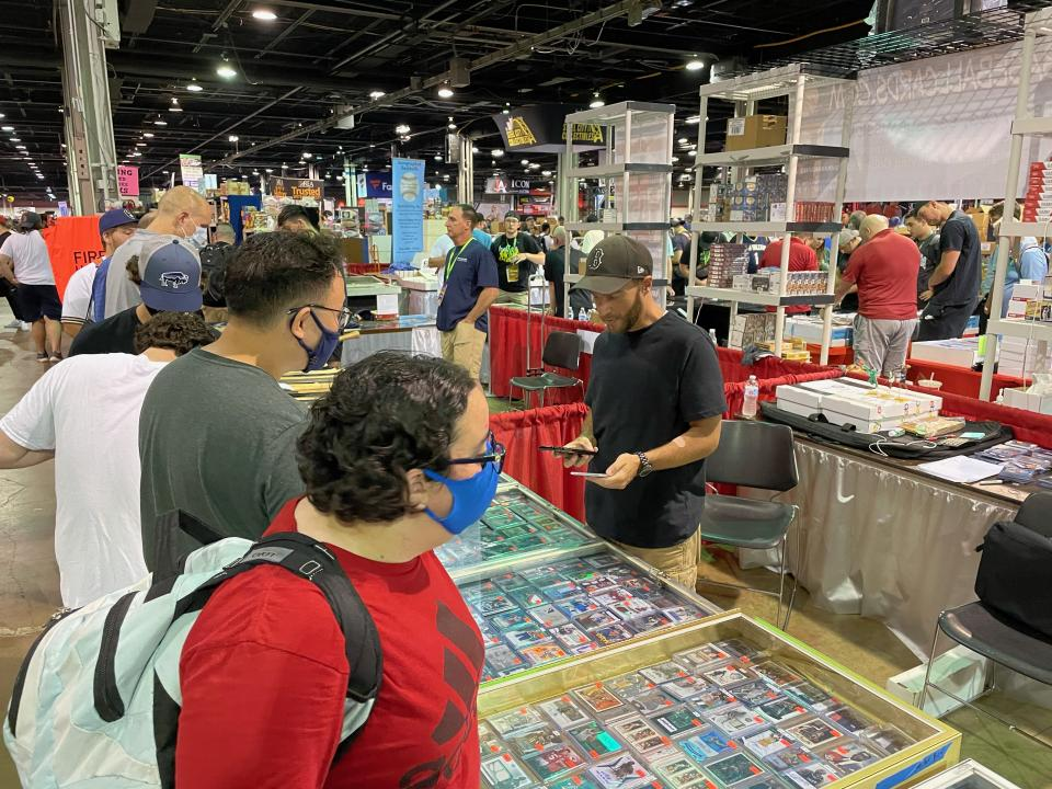 The 2021 National Sports Collectors Convention was packed with hundreds of dealers and thousands of collectors after last year's event was canceled. (Eric Edholm/Yahoo Sports)