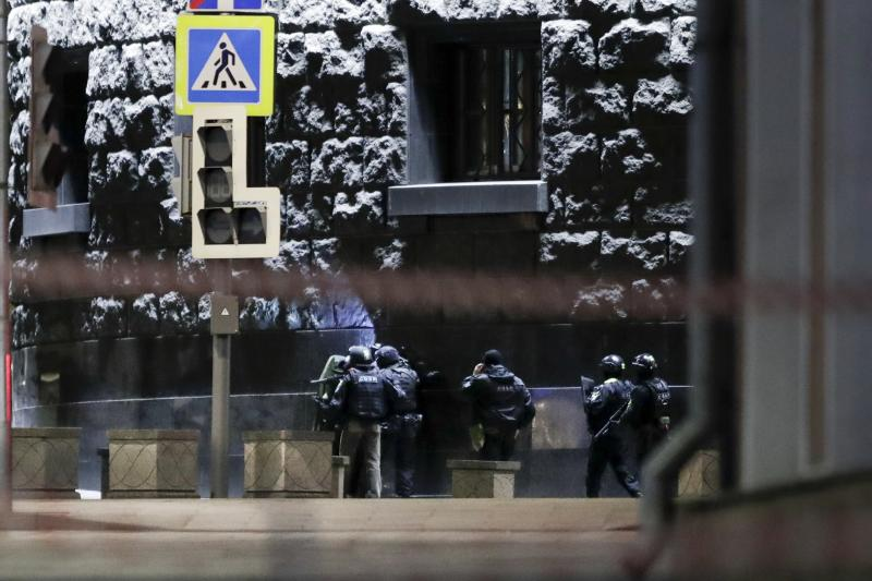 Russian special forces secure the area at the building of the Federal Security Service (FSB, Soviet KGB successor) in the background in Moscow, Russia, Thursday, Dec. 19, 2019. Russia's main security agency says shots have been fired near its headquarters in downtown Moscow. (AP Photo/Pavel Golovkin)
