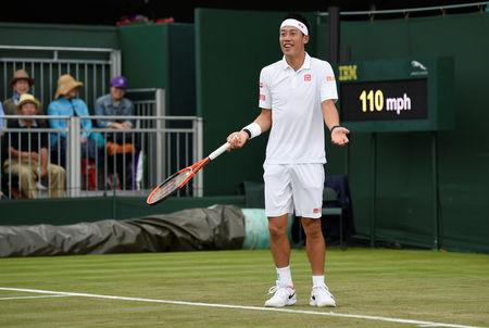 Andy Murray starts Wimbledon defence with straight sets victory