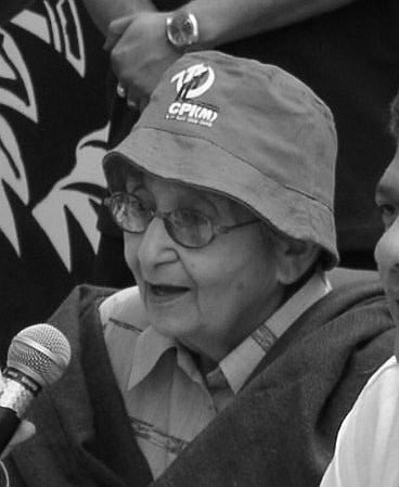 Comrade Lakshmi Sahgal addresses a CPI (M) meeting