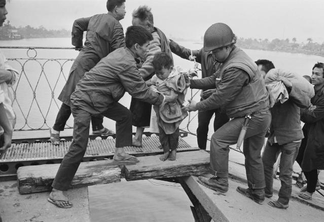 <p>Vietnamese refugees crossing the wrecked Trường Tiền Bridge over the Perfume River during the Battle of Huế, Vietnam War, February 1968. (Photo: Terry Fincher/Daily Express/Hulton Archive/Getty Images) </p>