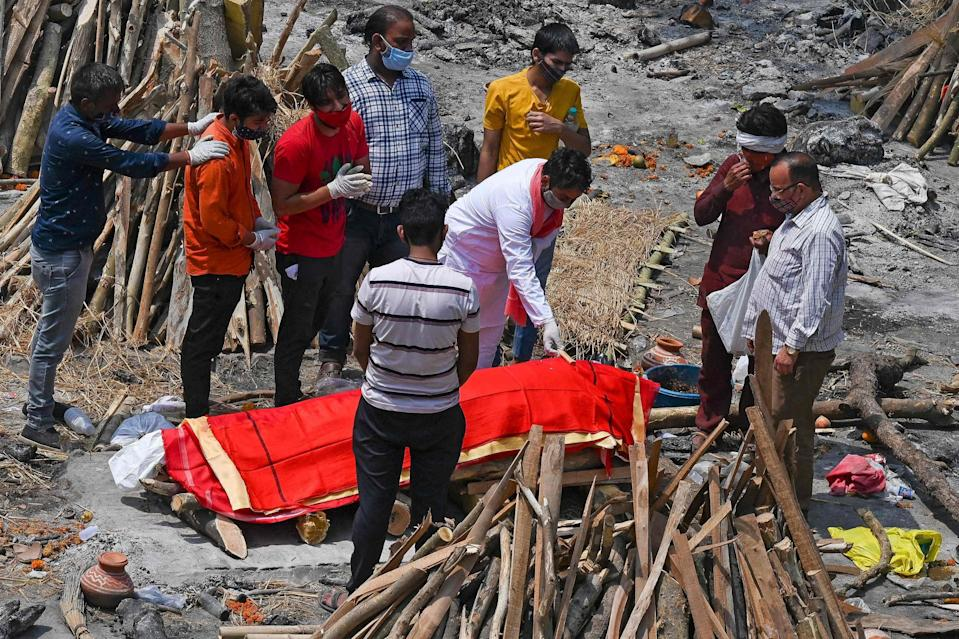 <p>A family performs the last rites</p> (AFP via Getty Images)
