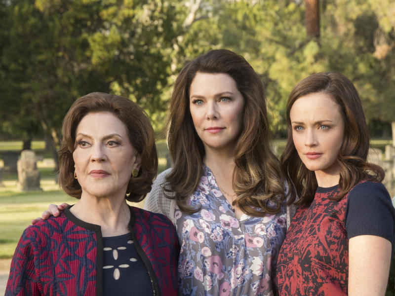 "Emily (Kelly Bishop, v.l.), Lorelai (Lauren Graham) und Rory (Alexis Bledel) in ""Gilmore Girls: Ein neues Jahr"". (Bild: Robert Voets/Netflix)"