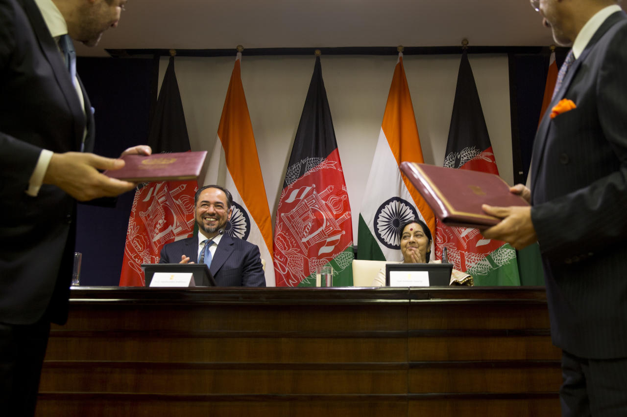 <p>Afghanistan Foreign Minister Salahuddin Rabbani, sitting left and Indian External Affairs Minister Sushma Swaraj, sitting right, applaud during the exchange of agreements in New Delhi, India. </p>
