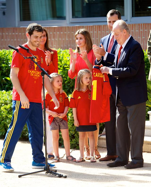MADRID, SPAIN - JULY 02: Iker Casillas of Spain presents King Juan Carlos I of Spain (R) with a replica shirt as the King receives members of Spain's victorious UEFA EURO 2012 football squad at Zarzuela Palace on July 2, 2012 in Madrid, Spain. (Photo by Pool/Getty Images)