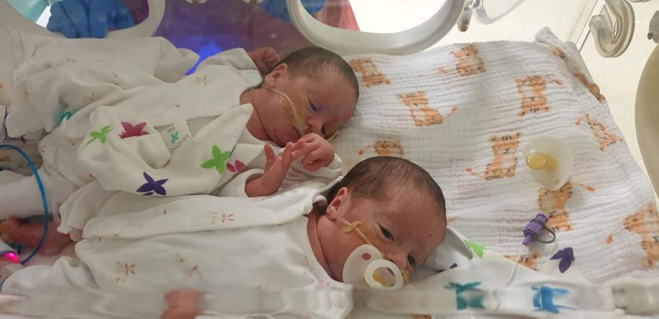 Twins Kenna and Lissa, in hospital. (SWNS)