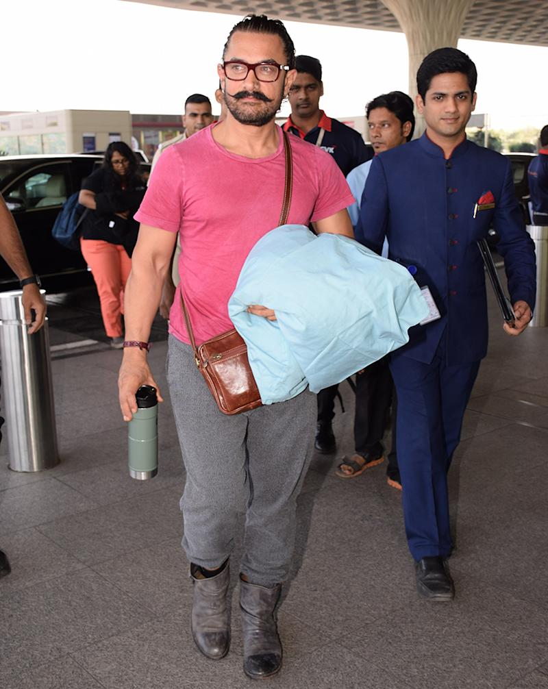 Aamir Khan was spotted at Mumbai airport. Accoreding to the sources, Aamir Khan will be welcoming 2018 in Thailand. (Image: Yogen Shah)