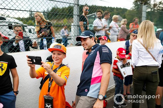 """Sergio Perez, Racing Point, in posa con i fan <span class=""""copyright"""">Zak Mauger / LAT Images</span>"""