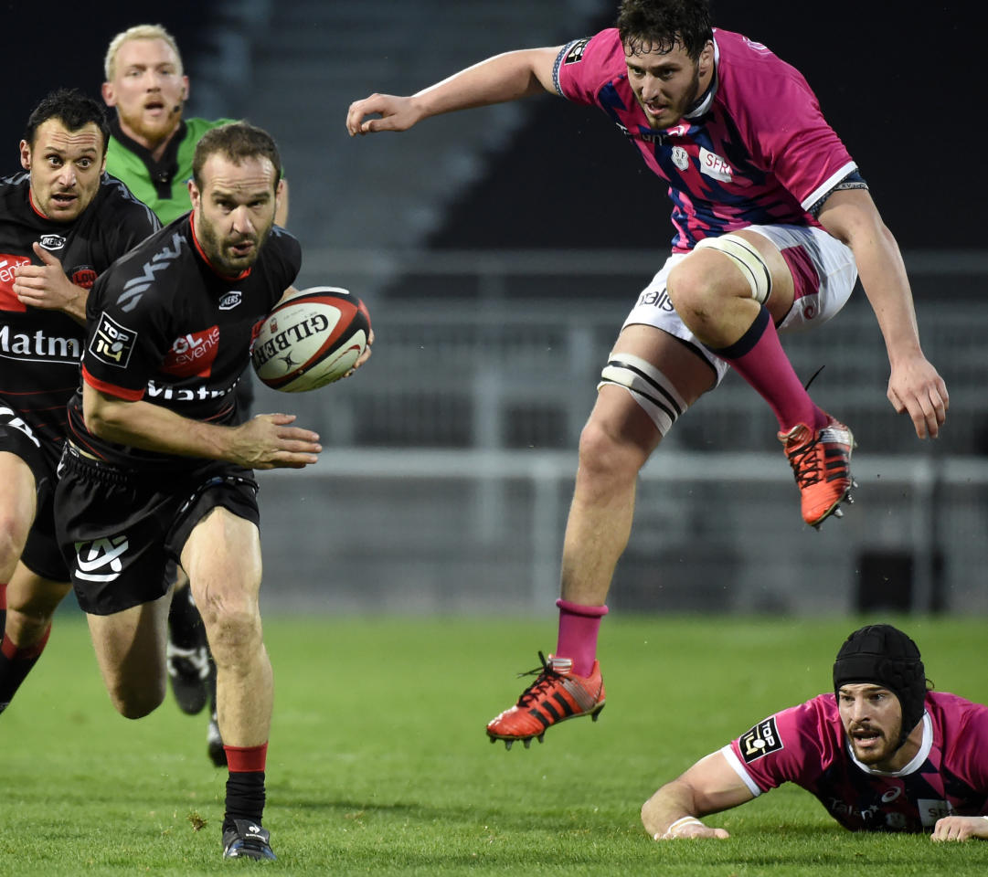 Lyon's French fly-half Frederic Michalak (L) vies with Stade Francais Paris' French lock Paul Gabrillages (R) during the French Top 14 rugby union match between Lyon (LOU) and Stade Francais (SFP) at Matmut Stadium Gerland in Lyon on March 11, 2017. (AFP Photo/JEAN-PHILIPPE KSIAZEK)