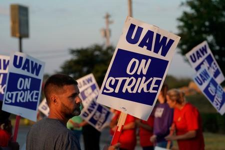 GM stops paying for health insurance for striking union workers; talks continue