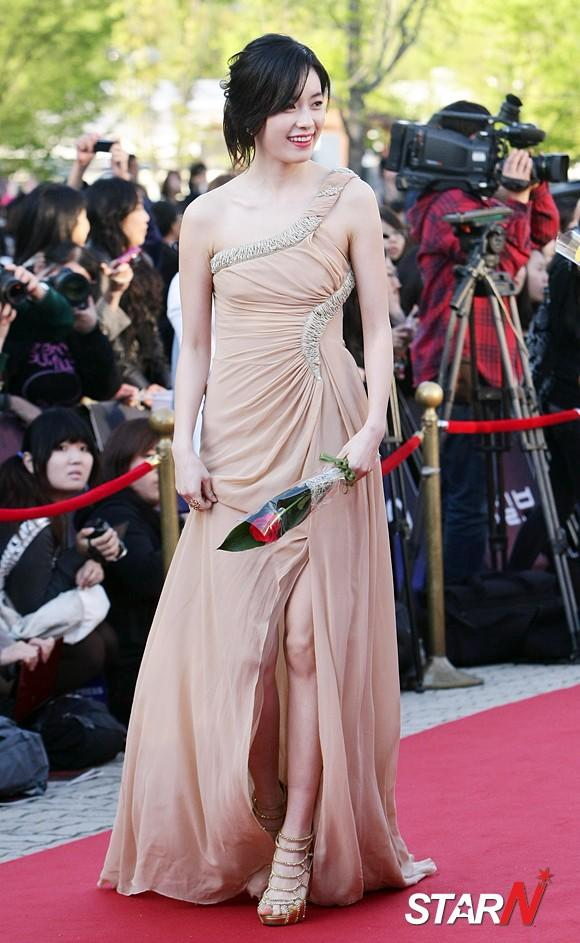 Han Hyojoo draws peoples attention with nude-tone dress