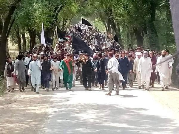 Participants of Jani khel dharna on Sunday marched towards Islamabad, to protest the murder of four Pashtun youths. (Photo Credit: Mohsin Dawar twitter)