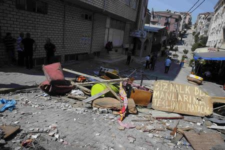 Barricades, set up by protesters, are seen in Gazi neighborhood in Istanbul, Turkey, July 27, 2015.  REUTERS/Umit Bektas