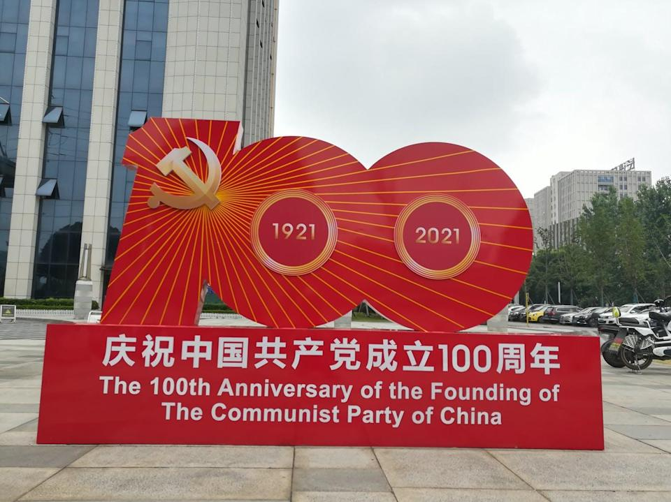 """<span class=""""caption"""">Publicidad del centenario de la fundación del Partido Comunista de China en Tianxin (Hunan, China).</span> <span class=""""attribution""""><a class=""""link rapid-noclick-resp"""" href=""""https://commons.wikimedia.org/wiki/File:Slogan_for_the_100th_anniversary_of_the_founding_of_the_Communist_Party_of_China_20210611.jpg"""" rel=""""nofollow noopener"""" target=""""_blank"""" data-ylk=""""slk:Wikimedia Commons / Huangdan2060"""">Wikimedia Commons / Huangdan2060</a>, <a class=""""link rapid-noclick-resp"""" href=""""http://creativecommons.org/licenses/by-sa/4.0/"""" rel=""""nofollow noopener"""" target=""""_blank"""" data-ylk=""""slk:CC BY-SA"""">CC BY-SA</a></span>"""
