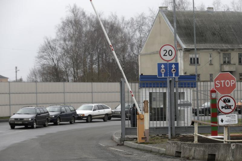 Cars wait to enter Lithuania from Russia at a border crossing in Kybartai December 16, 2014. Tensions with Moscow have simmered ever since Lithuania became the first republic to declare independence from the Soviet Union in 1990, although only 6 percent of the population are Russian speakers, far fewer than in its Baltic neighbours. On Jan. 1, it will be the last of the Baltic states to join the currency bloc, hoping like Estonia and Latvia for more investment and lower borrowing costs to spur one of Europe�s poorest but fastest-growing economies. All three have felt the blowback from East-West tension over Russia's encroachment into Ukraine this year in the form of Russian sanctions and military grandstanding on their borders. Picture taken December 16, 2014.  REUTERS/Ints Kalnins (LITHUANIA - Tags: POLITICS BUSINESS TRANSPORT)