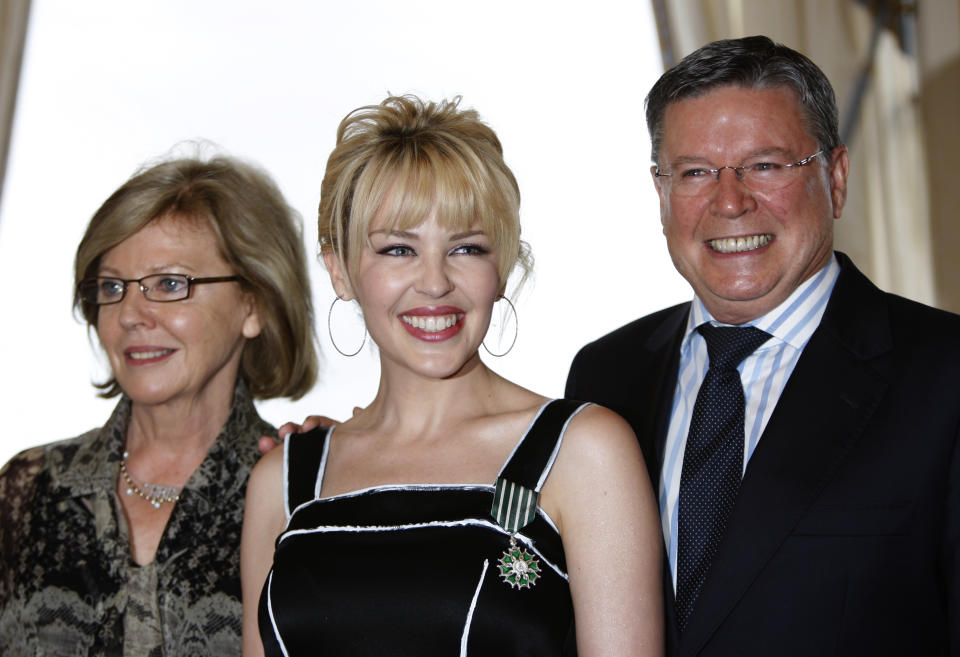Australian singer Kylie Minogue poses with her mother Carol (L) and her father Ron (R) during an award ceremony at the French ministry of Culture in Paris May 5 , 2008. Minogue received the order of