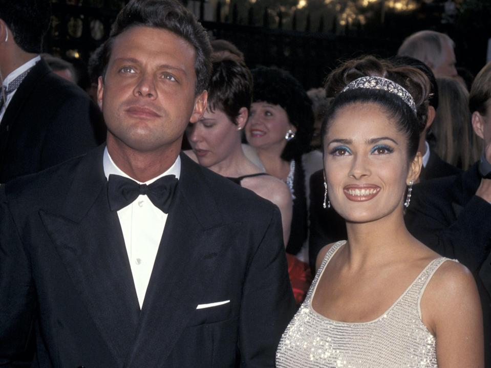 Luis Miguel y Salma Hayek durante la entrega número 69 de los premios Óscar.  (Ron Galella Collection via Getty Images)