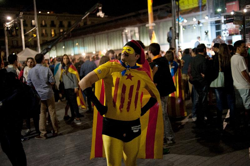 A man dressed as a super hero sporting the Catalan independence standard and a mask celebrates after the partial results of the regional election in Barcelona, Spain, September 27, 2015 (AFP Photo/Jorge Guerrero)