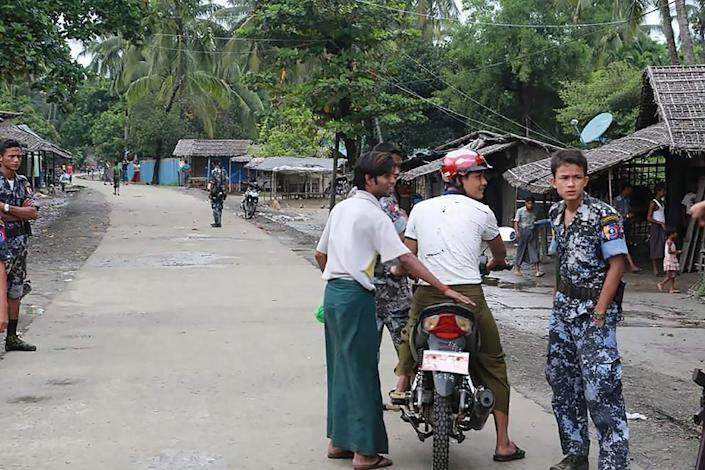 Myanmar border police conduct a road patrol in the village of Maungdaw, western Rakhine state, on October 10, 2016 (AFP Photo/Khine Htoo Mrat)