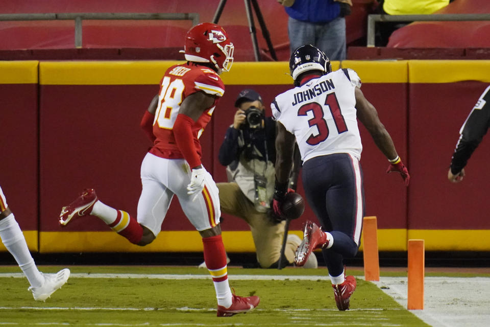 Houston Texans running back David Johnson (31) beats Kansas City Chiefs safety L'Jarius Sneed (38) to the end zone for a touchdown. (AP Photo/Jeff Roberson)