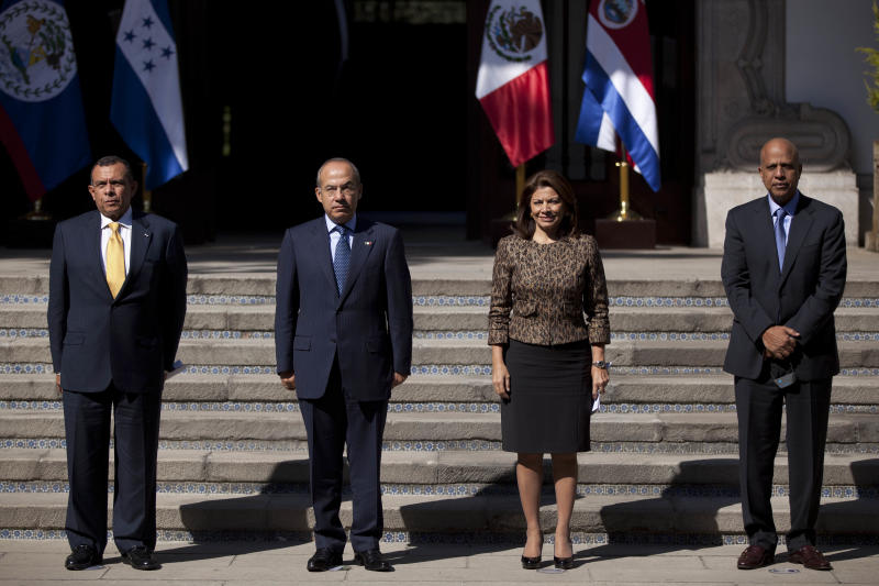 Honduras' President Porfirio Lobo, from left, Mexico's President Felipe Calderon, Costa Rica's President Laura Chinchilla and Belize' Prime Minister Dean Barrow pose for photos prior to a press conference in Mexico City, Monday, Nov. 12, 2012. Mexico and the three Central American nations are calling for a review of international drug policies after two U.S. states voted to legalize recreational use of marijuana. (AP Photo/Alexandre Meneghini)