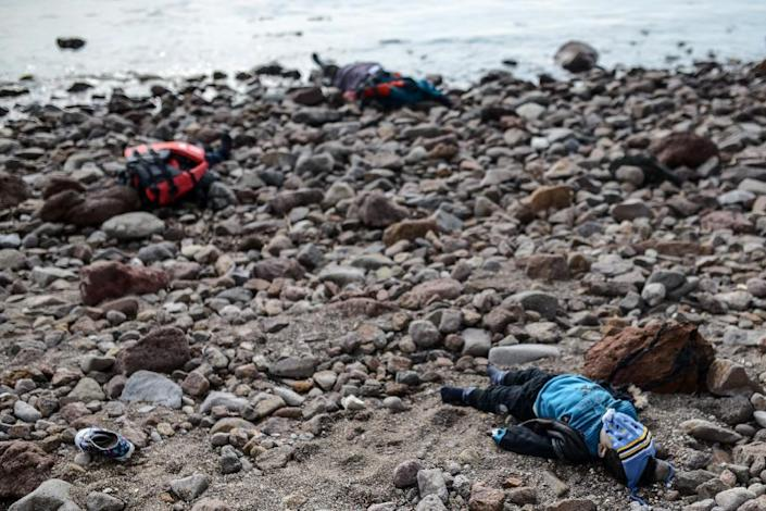 Bodies of migrant children and a woman are washed up on the beach in Canakkale's Bademli district on January 30, 2016 (AFP Photo/Ozan Kose)