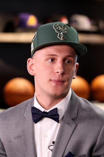91a0e0051e4 DiVincenzo can hook up dad, a Bucks fan, with new gear