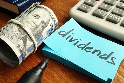 Dividends note with money and calculator
