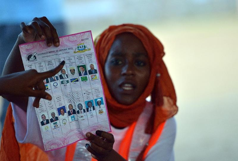 A polling station clerk holds up a ballot paper during vote counting on October 25, 2015, on the semi-autonomous archipelago of Zanzibar (AFP Photo/Tony Karumba)
