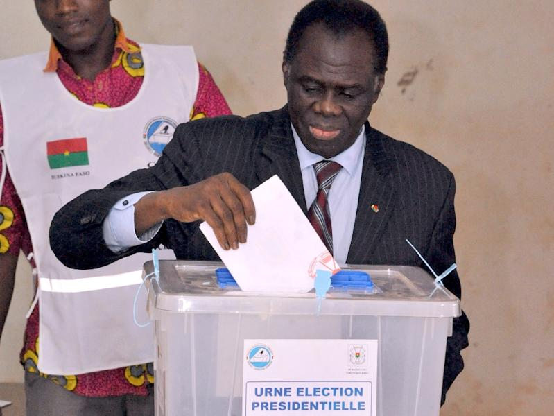 Burkina Faso's transitional president Michel Kafando casts his vote for the presidential election at a polling station in Ouagadougou on November 29, 2015 (AFP Photo/Ahmed Ouoba)