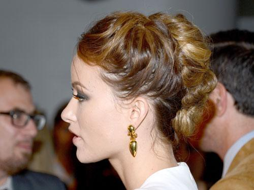 """<div class=""""caption-credit""""> Photo by: Getty Images</div><div class=""""caption-title"""">Olivia Wilde</div>""""Braids are really big right now,"""" says Palacios, who loves Wilde's original twist on the style. For a similar look, tease a high, messy ponytail and braid from root to end. Tuck the puffy braid at the nape of your neck, and pin in place. Palacios recommends adding a few extra pins at the side of the braid to ensure that it doesn't flop about. <br> <br> <b>More from REDBOOK:</b> <br> <ul>  <li>  <a rel=""""nofollow"""" target="""""""" href=""""http://www.redbookmag.com/beauty-fashion/tips-advice/winter-accessories?link=rel&dom=yah_life&src=syn&con=blog_redbook&mag=rbk""""><b>100 Cute, Affordable Winter Accessories</b></a>  </li>  <li>  <a rel=""""nofollow"""" target="""""""" href=""""http://www.redbookmag.com/beauty-fashion/tips-advice/celebrity-makeup-looks?link=rel&dom=yah_life&src=syn&con=blog_redbook&mag=rbk""""><b>The 50 Most Iconic Beauty Looks of All Time</b></a>  </li> </ul>"""