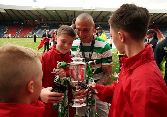 Soccer Football - Scottish Cup Final - Celtic vs Motherwell - Hampden Park, Glasgow, Britain - May 19, 2018 Celtic's Scott Brown celebrates with the trophy after winning the Scottish Cup Action Images via Reuters/Jason Cairnduff