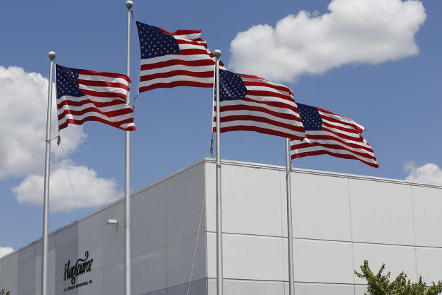 <p>American flags fly outside of the FlagSource facility in Batavia, Illinois, U.S., on Tuesday, June 27, 2017. (Photo: Jim Young/Bloomberg via Getty Images) </p>