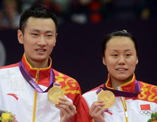 China's Zhang Nan (L) and Zhao Yunlei pose with their gold medals