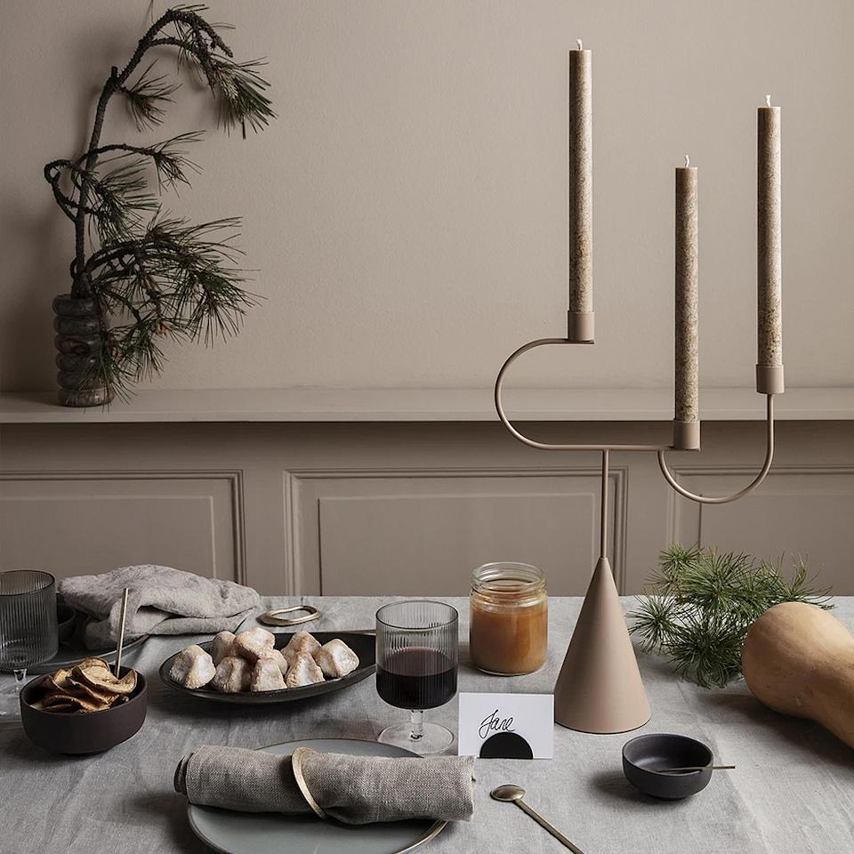 "<p>Fermliving, 79€</p><br/><a target=""_blank"" href=""https://fermliving.com/products/avant-candelabra-macaroon"">Acheter</a>"