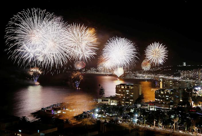 Fireworks explode during a pyrotechnic show to celebrate the new year. (Photo: Rodrigo Garrido/Reuters)