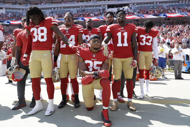 Former San Francisco 49ers safety Eric Reid and teammates before a 2017 game. (AP)