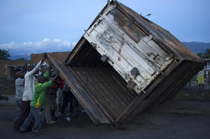 Protestors tip-over a shipping container to block a road in the Cibitoke neighbourhood of Bujumbura, on May 9, 2015 (AFP Photo/Phil Moore)