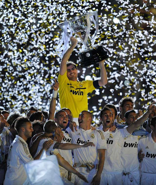 MADRID, SPAIN - MAY 13: Iker Casillas of Real Madrid CF holds up the La Liga trophy with teammates after the La Liga match between Real Madrid CF and RCD Mallorca at Estadio Santiago Bernabeu on May 13, 2012 in Madrid, Spain. (Photo by Denis Doyle/Getty Images)