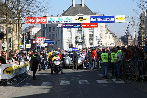 The peloton line up at the 2007 Tour of Flanders Women