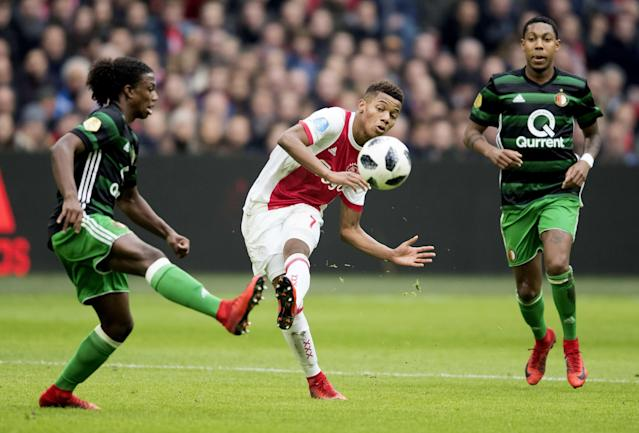 55318172. Amsterdam (Netherlands), 21/01/2018.- David Neres (C) of Ajax Amsterdam fights for the ball with Tyrell Malacia (L) of Feyenoord Rotterdam during the Dutch Eredivisie soccer match between Ajax Amsterdam and Feyenoord Rotterdam, in Amsterdam, The Netherlands, 21 January, 2018. (Países Bajos; Holanda) EFE/EPA/OLAF KRAAK