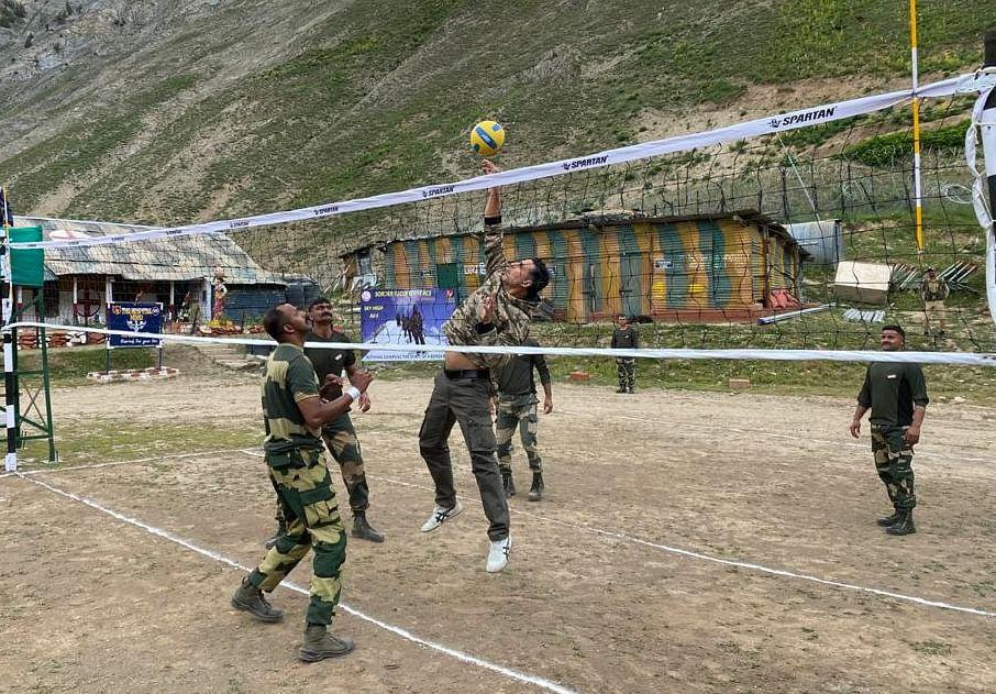 """<div class=""""paragraphs""""><p>Akshay plays volleyball with the jawans. </p></div>"""