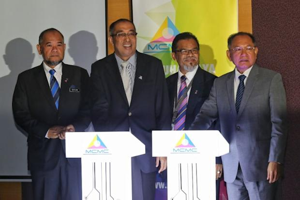 Datuk Seri Dr Salleh Said Keruak (second left) launched a new portal named sebenarnya.my at the Malaysian Communications and Multimedia Commission (MCMC) headquarters today. ― Picture by Saw Siow Feng