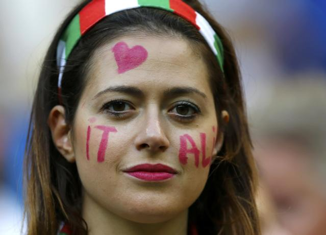An Italy fan poses before the 2014 World Cup Group D soccer match between England and Italy at the Amazonia arena in Manaus June 14, 2014. REUTERS/Ivan Alvarado (BRAZIL - Tags: SOCCER SPORT WORLD CUP)