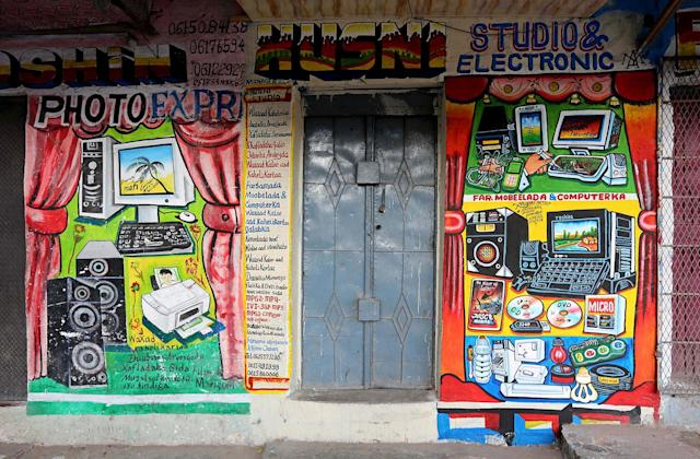 <p>A mural on a shop front illustrates electrical appliances in Wabari district of Mogadishu, Somalia, June 8, 2017. (Photo: Feisal Omar/Reuters) </p>