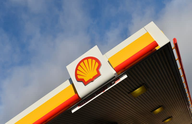 Shell eyes tankers for oil floating storage after price collapse